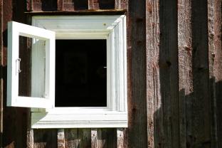 Huis luchten door de ramen open te gooien